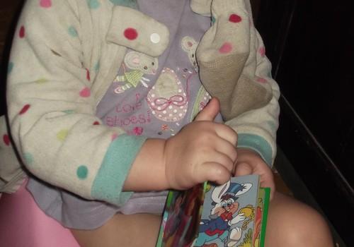 Attīstības dienasgrāmata: Alise labprāt draudzējas ar podiņu.