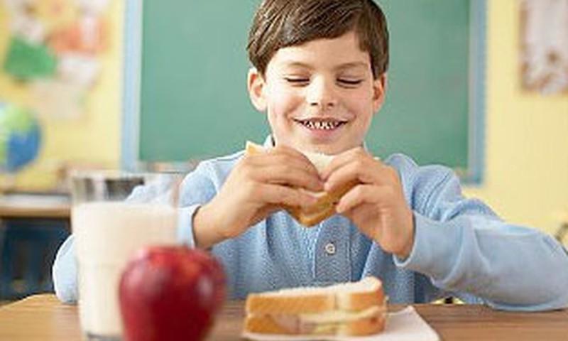 Grib ļaut skolu direktoriem bez maksas ēdināt ne tikai pirmklasniekus