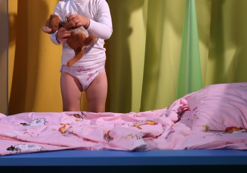 Dienas spēle: Mīti par bērnu slapināšanu gultiņā