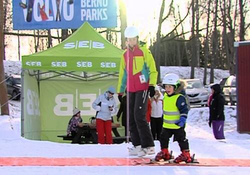 VIDEO: Māmiņu Kluba ģimenes apgūst slēpošanas prasmes Žagarkalnā