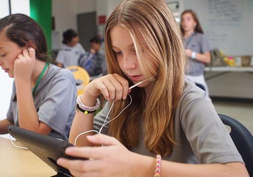 Kā pedagogiem uzsākt sarunu ar skolēniem par kibermobingu, integrējot to mācībās?