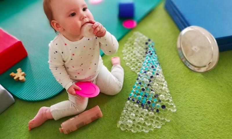 6 rotaļāšanās posmi, ar kuru starpniecību bērns attīsta socializēšanās prasmes