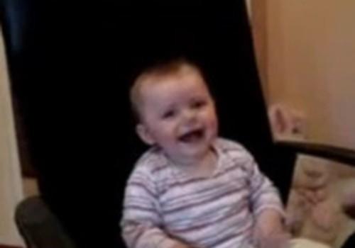 Video: Estere un viņas māmiņa smejas