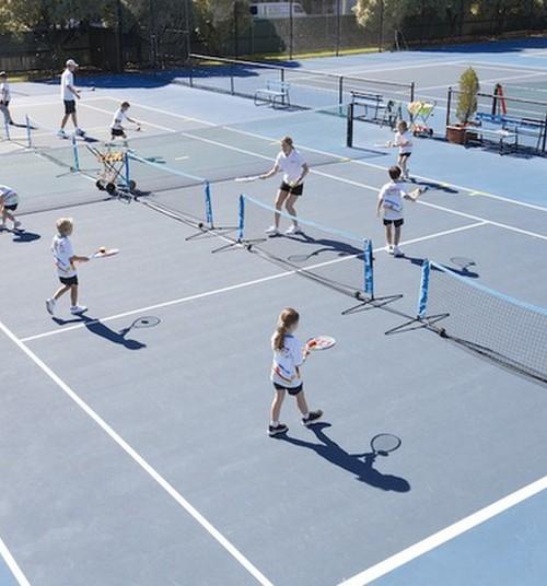 Kāpēc bērniem vajadzētu trenēties tenisā?