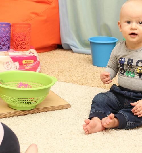 Varenā sēdētprasme: kā bēbītis apgūst sēdēšanas prasmes