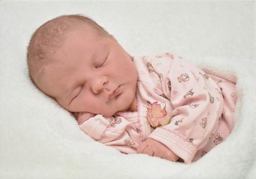 Kas jāzina par zīdīšanu pirmajās divās nedēļās pēc bērniņa piedzimšanas