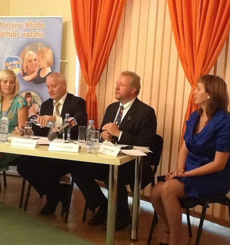 ONLINE REPORTĀŽA: Māmiņu Klubā preses konference par demogrāfisko situāciju un nepieciešamo atbalstu ģimenēm