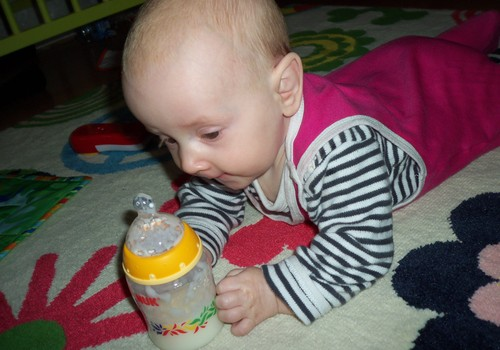 Denīze izmēģina ēst no pudelītes