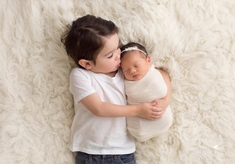 Kā iemācīt sadraudzēties divgadniekam un jaundzimušajam?