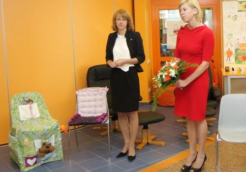SEB banka Bērnu slimnīcai ziedo krēslus 5000 Ls vērtībā