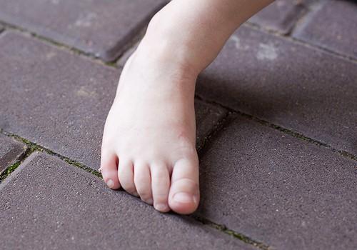Mediķi aicina nepeldināt bērnus siltās un stāvošās ūdenstilpnēs, jo tajās viegli vairojas baciļi