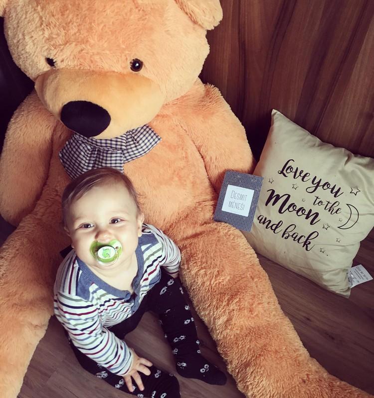 10.mēnesis - bērns sper savu pirmo patstāvīgo soli.