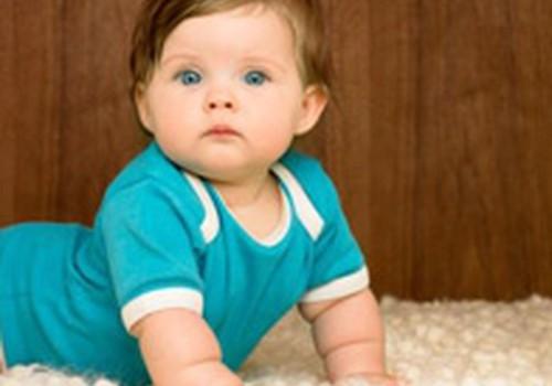 Kā notiek mazuļa rāpošanas attīstība pirmajā dzīves gadā?