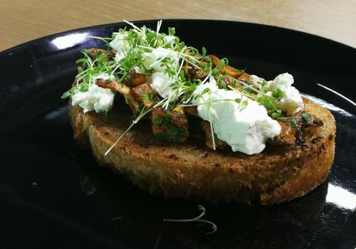 VideoRECEPTE: Brokastu maizītes ar svaigo sieru un gailenēm