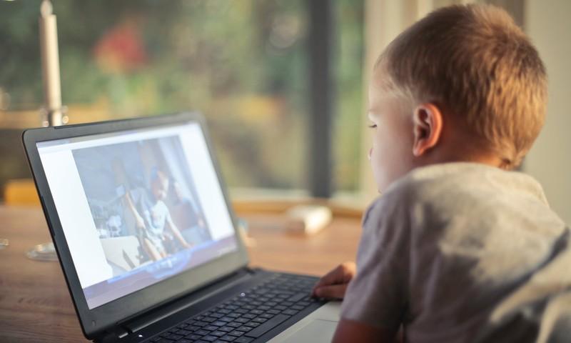 Desmit pazīmes, kas var liecināt, ka bērns cieš no kibermobinga