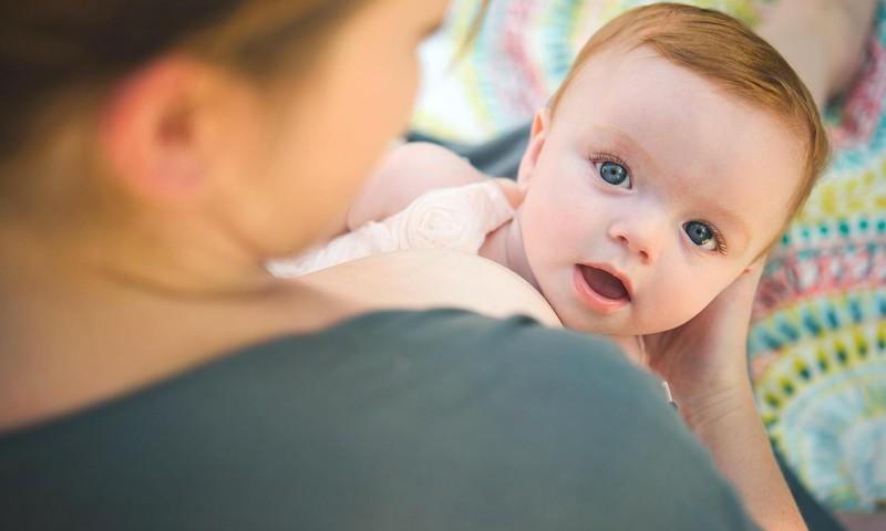 Apjukums saistībā ar bērna barošanu-kā rīkoties, ja apkārtējo viedoklis smacē nost