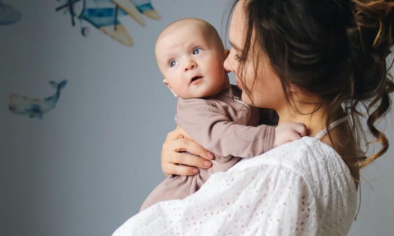 Māmiņai uz brīdi jāiziet ārpus mājas. Kā tam sagatavot mazuli?