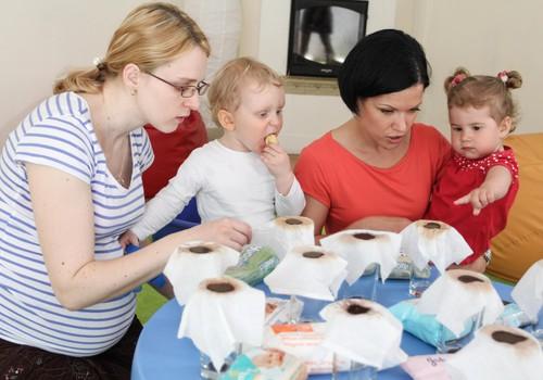 FOTO: Māmiņu kluba māmiņas testē mitrās salvetes