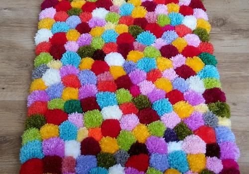 Krāsainais pompom paklājs bērnistabai