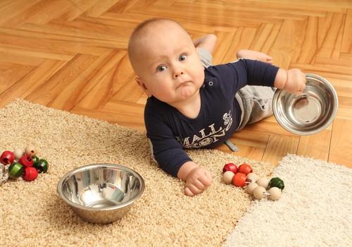 Kā palīdzēt, lai mazulis iemācītos līst?