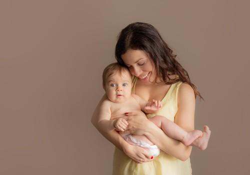 Bēbītis grib tikai rokās: kā palīdzēt jaunajai māmiņai?