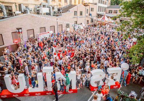 """Šokolādes svētki """"Laimas"""" fabrikas pagalmā pulcēja vairāk nekā 6500 apmeklētāju"""