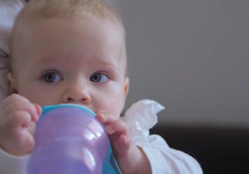 Ja mazuli zīdi ar krūti, ūdeni vari sākt piedāvāt no 6 mēnešu vecuma