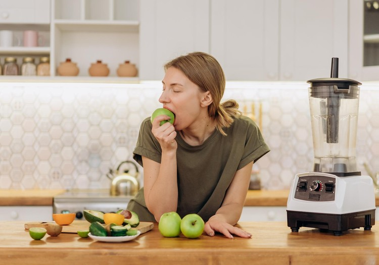 Trīs populārākie Latvijas iedzīvotāju ēšanas netikumi un kā tos uzveikt