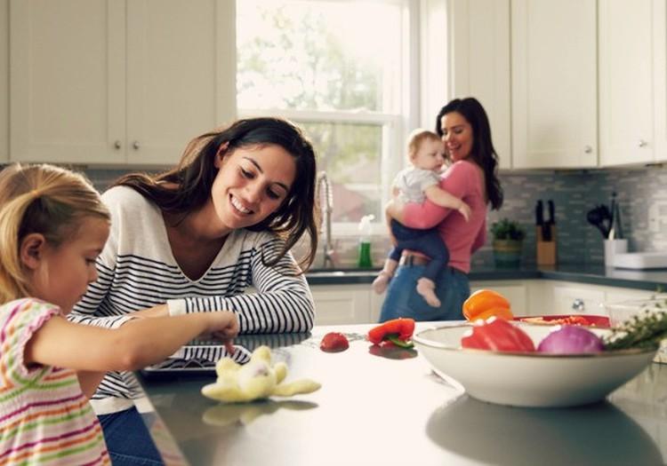 Kā bērna nākšana pasaulē ietekmē jauno māmiņu attiecības ar apkārtējiem cilvēkiem?