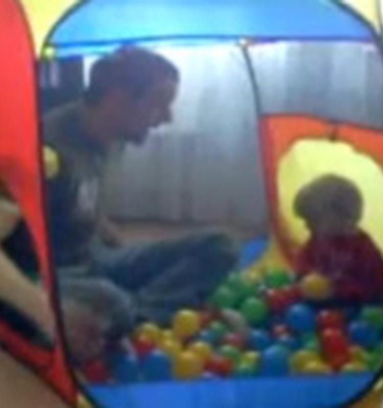Video: Adrians ar tēti rotaļu mājā