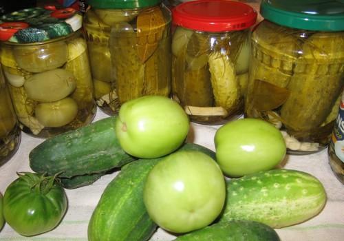 Gatavojam gurķus ar zaļajiem tomātiem