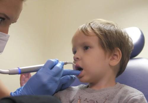 Kad bērnam laiks pirmajai vizītei pie zobārsta?