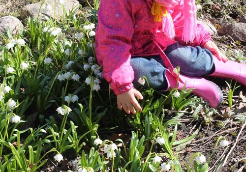 Pavasara pastaiga kopā ar bērnu.
