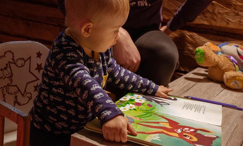 """Omniva labdarības akcijā """"Ziedo pasaku grāmatas krāsainiem vakariem!"""" aicina ziedot SOS Bērnu ciematu ģimenēm ar bērniem"""