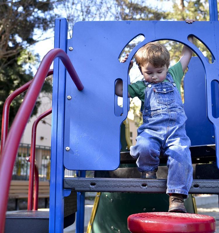 Jau atkal par to, kā uzvesties rotaļu laukumiņos
