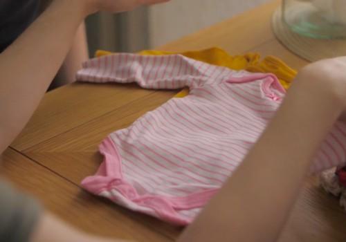 Ar bērnu apģērbam paredzēto mazgāšanas līdzekli jāmazgā arī gultas veļa un vecāku apģērbs