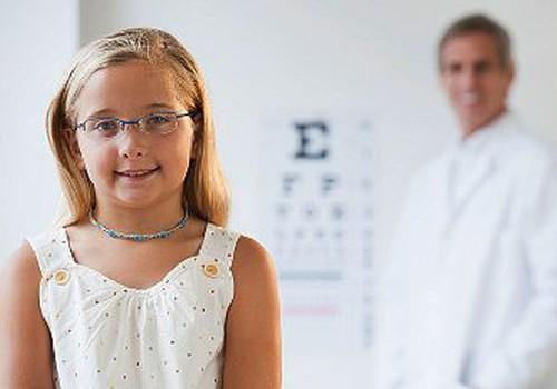 7 pazīmes, kas liecina – bērns jāved pie acu ārsta