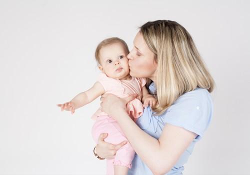Kā rūpēties par bērnu līdz 3 gadiem, veicinot viņa attīstību. Lekciju cikls pie Klaudijas Hēlas VECĀKIEM, AUKLĪTĒM, PEDAGOGIEM