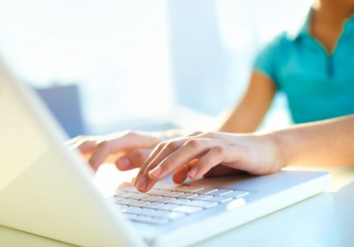 Cik stundu dienā bērni internetu izmanto mācībām?