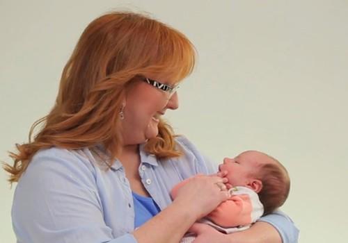 """VIDEOseriāls """"Mazulis Tavās rokās"""": Kā turēt bēbīti savās rokās?"""