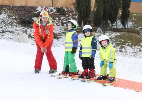 FOTOREPORTĀŽA: Māmiņu Kluba ģimenes pilnveido slēpošanas prasmes