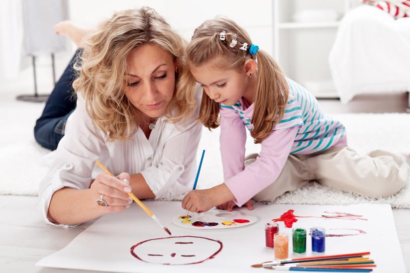 Ребенок с мамой рисуют картинка